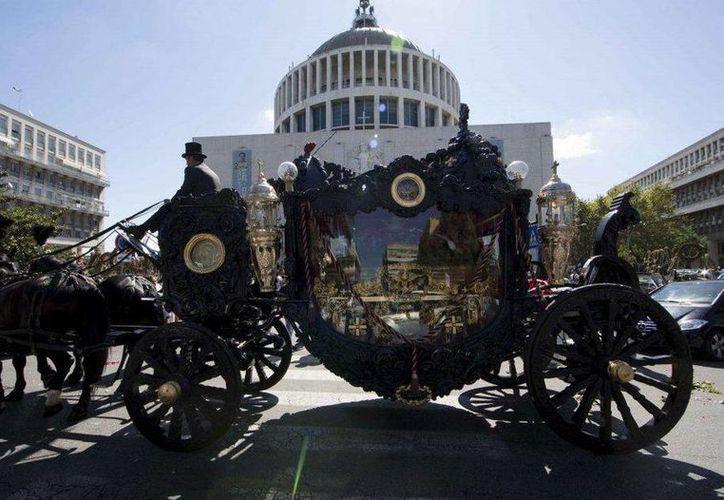 El cuerpo de Vittorio Casamonica fue llevado a la parroquia de San Juan Bosco en un gran coche jalado por caballos. (Lapresse)