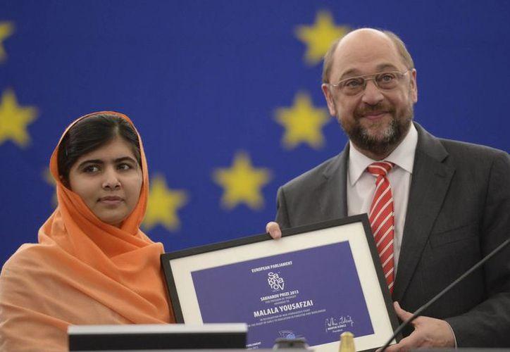 El presidente del Parlamento Europeo, Martin Schulz, entrega a Malala el premio Sájarov del Parlamento Europeo en la sede de Estrasburgo. (EFE)
