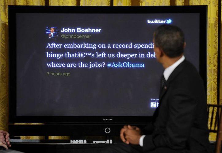El presidente de Estados Unidos mira una pantalla para responder una pregunta formulada a través de la red social Twitter. (EFE/Archivo)