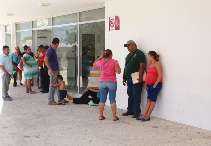 Los usuarios del Hospital General de Playa del Carmen denunciaron irregularidades, que derivan de la falta de aire acondicionado. (Adrián Barreto/SIPSE)