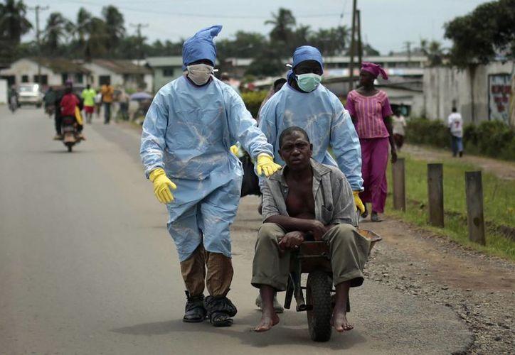 La OMS calcula que hay hasta dos mil médicos para afrontar la expansión del ébola, pero el medicamento y la ayuda son insuficientes. (AP)