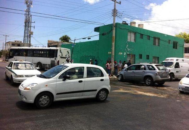 La conductora de la camioneta no respetó el alto e impactó al transporte público en la Ruta 5. (Pedro Olive/SIPSE)