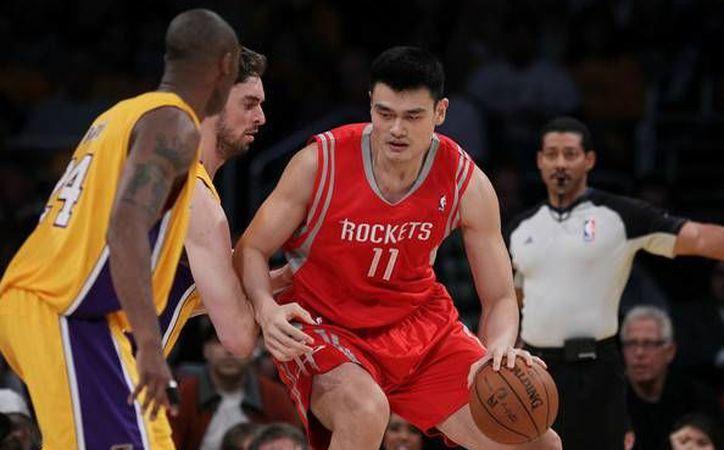 El chino Yao Ming será homenajeado el próximo 2 de febrero, cuando los Rockets reciban a los Atlanta Hawks, en el Toyota Center. (EFE)