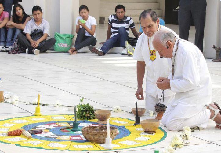 Integrantes del Consejo de Ancianos y Sacerdotes Mayas de Yucatán realizan una ceremonia de consagración en el Centro Cultural Olimpo de Mérida. (SIPSE)