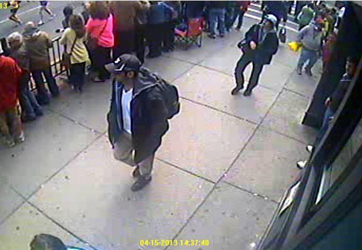 Ambos sujetos portaban mochilas y gorra. (Foto: FBI)