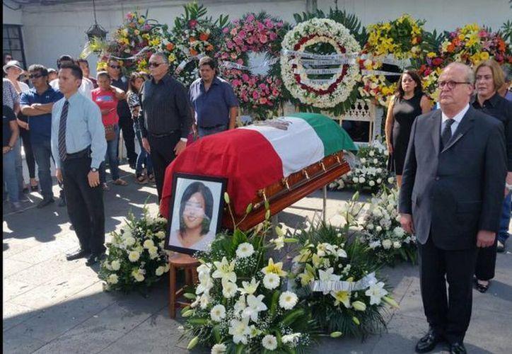 El gobernador de Morelos, Graco Ramírez, rindió homenaje a la alcaldesa de Temixco, quien fue asesinada el sábado. (twitter/@gracoramirez)
