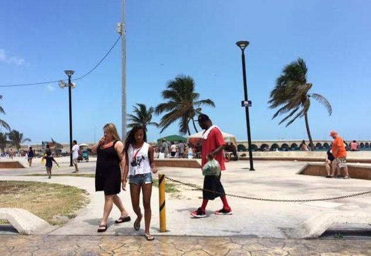 Durante la mayor parte de la jornada los turistas disfrutaron del sol, pero alrededor de las 13:30 horas se comenzó a nublar y poco después de las 14:00 horas se desató una tormenta en Progreso. (Óscar Pérez/SIPSE)