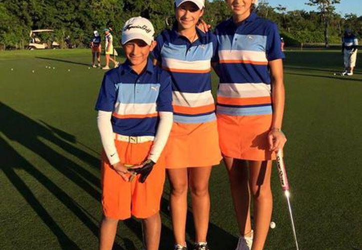 El torneo internacional en el cual participarán los golfistas yucatecos dará inicio este jueves y culminará el 23 de diciembre. En la foto aparecen Alejandro Fierro(Izq.), Isabella Fierro(centro) y Renata Fierro. (Der.).  (Sipse)