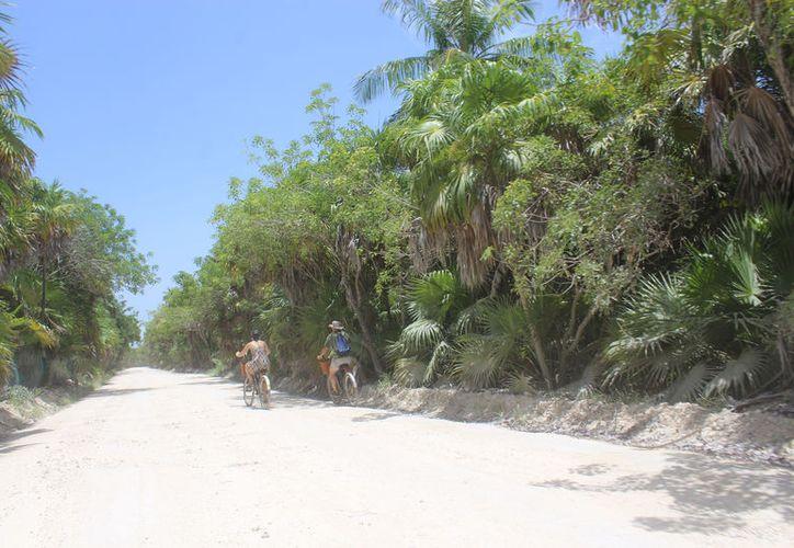 El trabajo superficial sobre la carretera hacia Punta Allen ha generado que nuevamente esté deteriorado. (Foto: Sara Cauich/SIPSE)