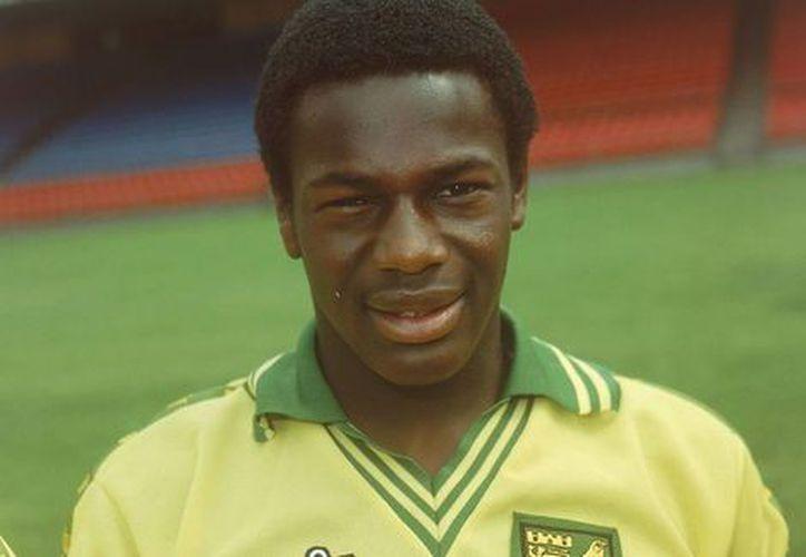 El futbolista de origen nigeriano se declaró gay, teniendo que soportar insultos y represión de aficionados, de la prensa; incluso, de su hermano. (Foto: Milenio)