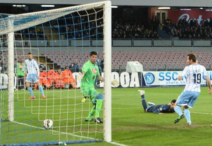 Senad Lulic (d), de Lazio, anota el único gol del partido de vuelta de la semifinal de la Copa de Italia contra Napoli. El resultado, sumado al empate del encuentro de vuelta, dio el pase a la final a Lazio. (Foto:AP)