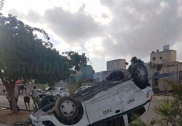 El taxi se volcó sobre un camellón del lugar. (Foto: Orville Peralta/SIPSE)