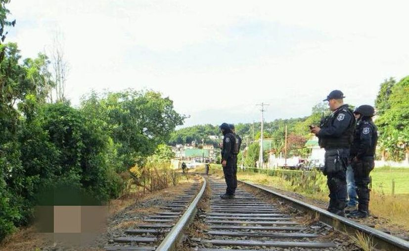 Los restos de dos mujeres decapitadas fueron hallados a orillas de las vías del ferrocarril, durante la mañana de este martes.(Carlos Hernández/e-veracruz.mx)