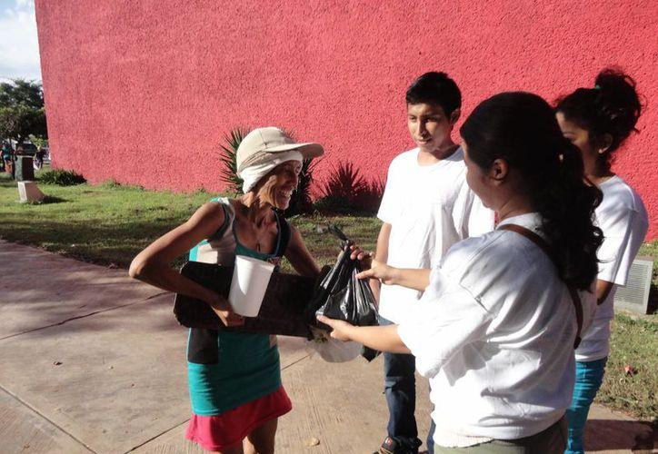 Llevaron alegría a los indigentes, vendedores ambulantes muy necesitados y personas que piden limosna en la zona. (Paloma Wong/SIPSE)