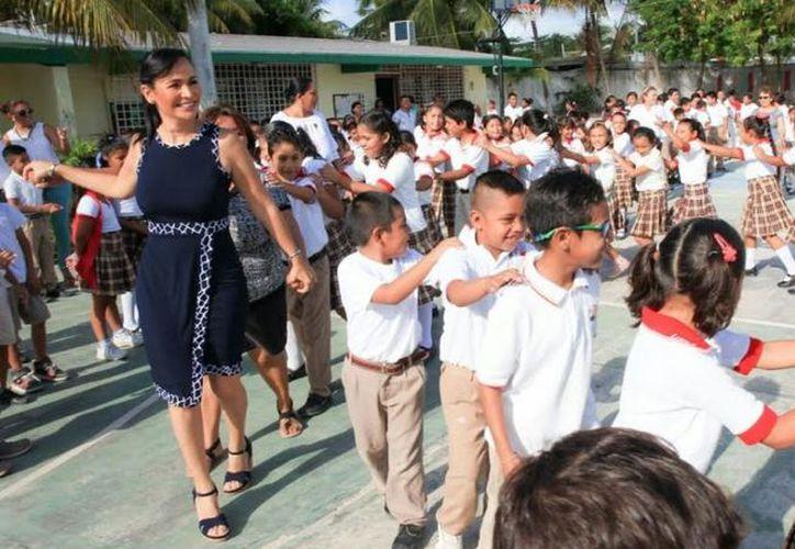 La presidenta municipal de Puerto Morelos, Laura Fernández, dijo que a través de este programa 'estamos aportando a la educación integral'. (SIPSE)