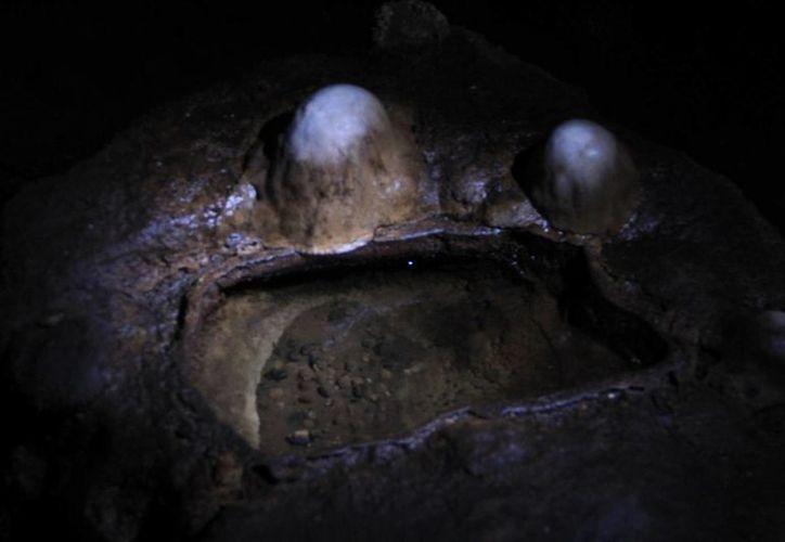 Hace algún tiempo se supo de la extraña muerte de un turista, que robó una piedra redonda de las grutas de Calcehtok: el objeto era el juguete de un alux. La imagen cumple funciones estrictamente referenciales. (Archivo/Notimex)
