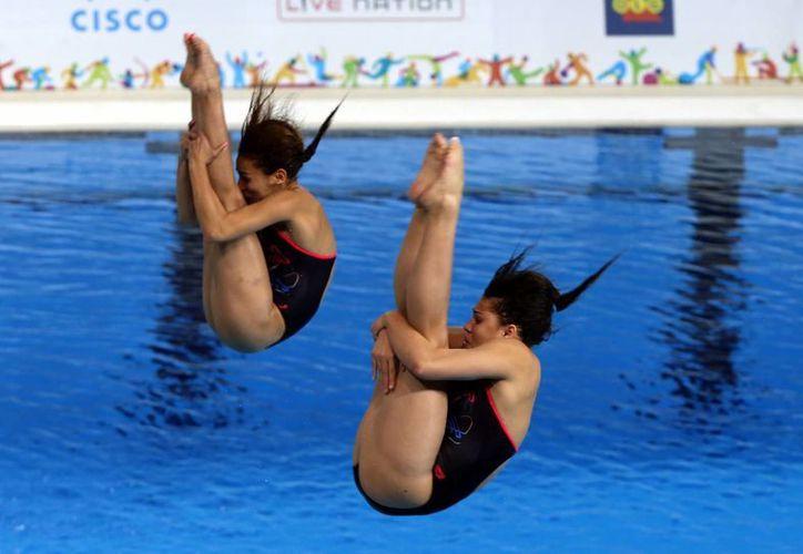 Paola Espinosa y la debutante Dolores Hernández dieron a México su quinta medalla en clavados y octava general en los Juegos Panamericanos. (Notimex)