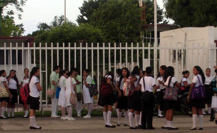 """Autoridades llevan a los alumnos el programa """"Red de Escuelas"""". (Harold Alcecer/SIPSE)"""