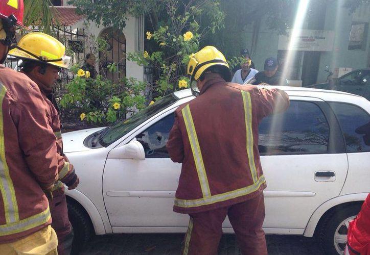 Una menor de edad fue rescatada de un vehículo en donde quedó atrapada ayer por la mañana. (Redacción/SIPSE)