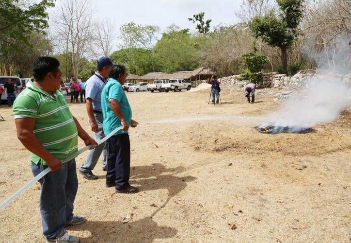 Por incendios y lluvias al año se pierden entre 10 y 15 mil hectáreas de arbolado adulto, según la Conafor. En la foto, un reciente curso con todo y simulacro de incendio en una comisaría de Mérida. (Foto: cortesía)