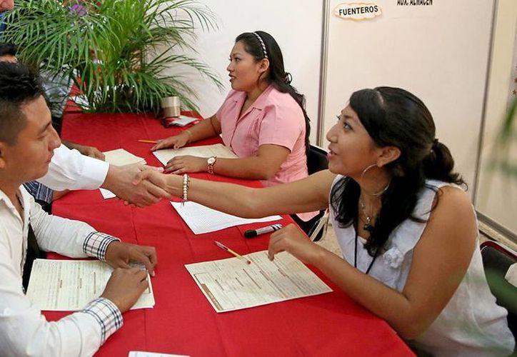 Numerosas personas acudieron a presentar sus solicitudes de empleo en la Feria del Empleo Yucatán 2014. (Milenio Novedades)