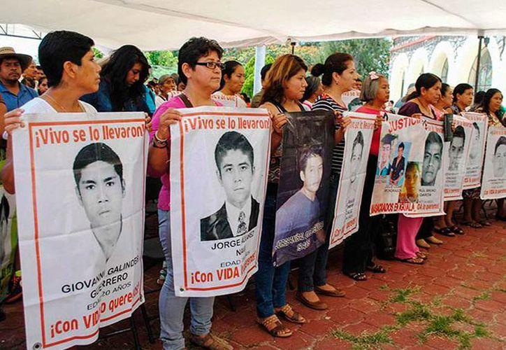 'El Gil', acusado de la desaparición de 43 estudiantes de Ayotzinapa, gozó de protección policiaca para evitar ser capturado. La imagen -utilizada únicamente con fines ilustrativos- corresponde a una protesta de familiares por la falta de resultados en la investigación. (excelsior.com.mx)