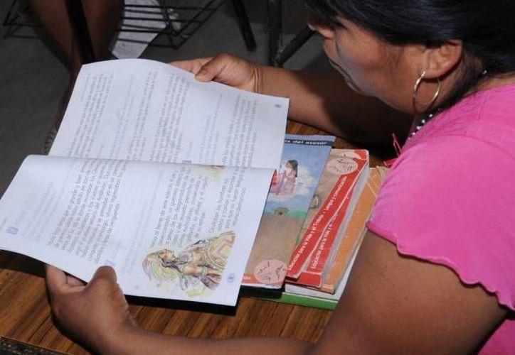 Se espera enseñar a leer y escribir a 2.2 millones de personas. (Archivo/SIPSE)