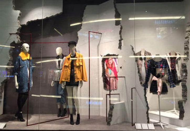 Varias tiendas, aún después del sismo, mostraban en sus vitrinas escombros o boquetes en paredes que servían como escenario para su colección de otoño.  (Milenio)