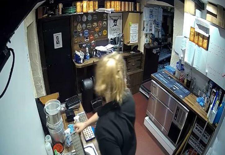 El ruido de cuando se descuelga el teléfono asustó a una mesera del lugar. (Foto: Captura/Video)