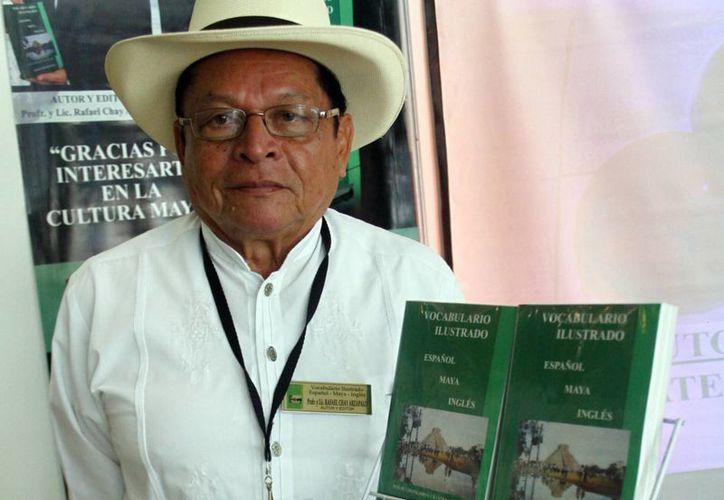 Rafael Chay Arzápalo con su vocabulario ilustrado. (SIPSE)