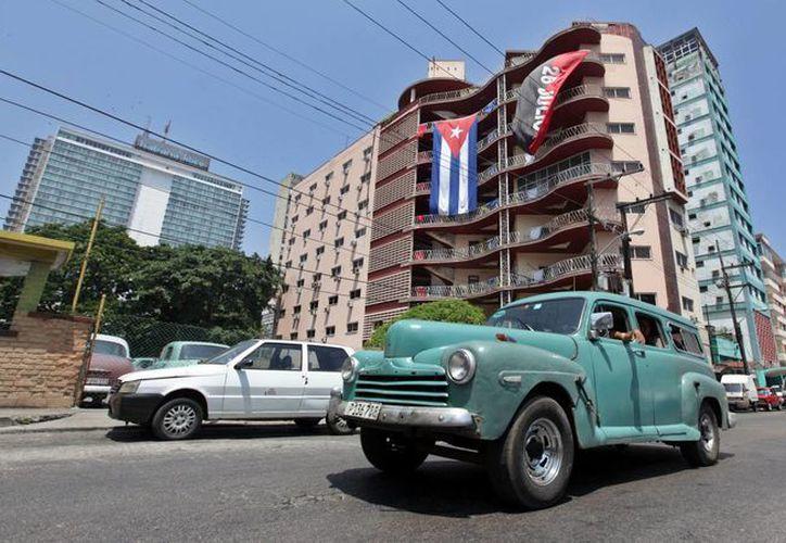El nuevo servicio de banca electrónica facilita las operaciones de quienes trabajan por cuenta propia. Imagen de archivo de una calle transitada en La Habana, Cuba. (Archivo/EFE)