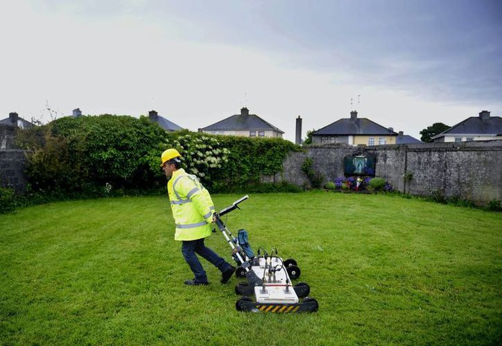 Un ingeniero usa un georradar en el lugar donde se encuentran enterrados los restos de los menores. (EFE)
