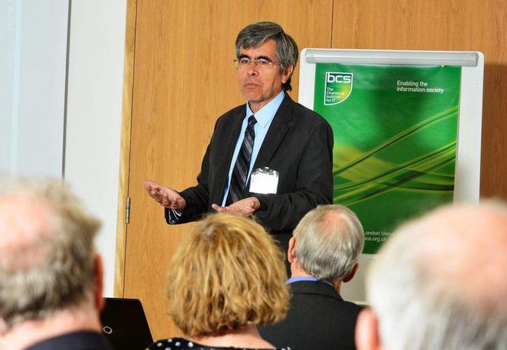 """El científico mexicano Raúl Rojas fue galardonado como """"Catedrático Universitario del Año"""" por la Asociación de Facultades Universitarias de Alemania. En la imagen en la Universidad británica de Princeton, donde está pasando su Año Sabático, reunido con otros catedráticos. (Notimex)"""