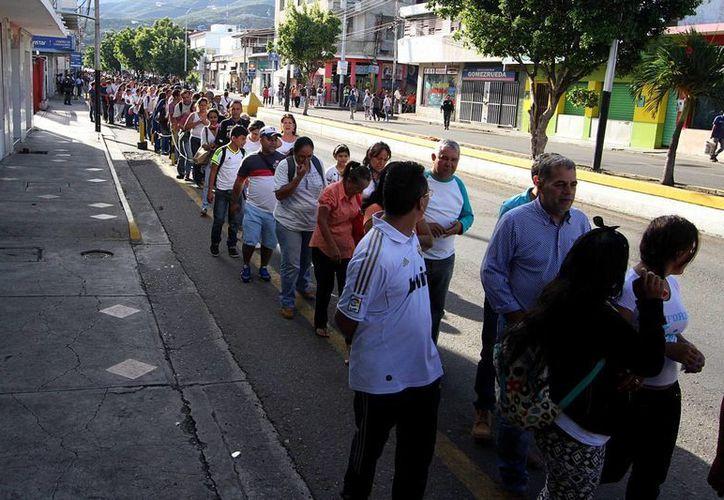 El presidente de Colombia, Juan Manuel Santos, ordenó dar prioridad a las madres de familia venezolanas que lleguen al país buscando artículos de primera necesidad. (EFE)