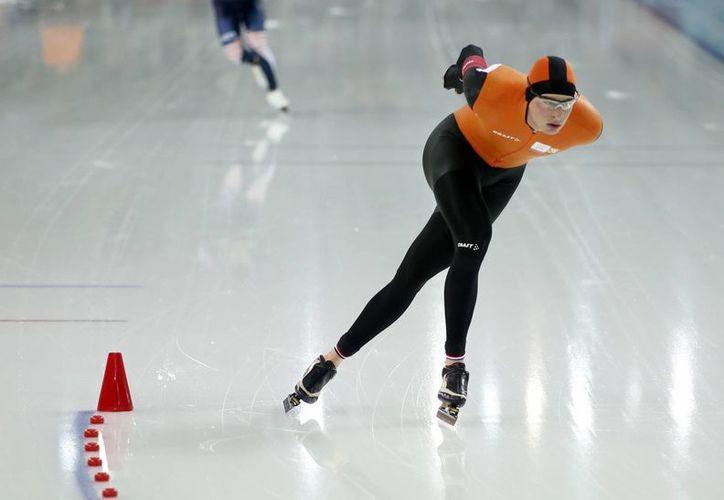 El holandés Sven Kramer y el surcoreano Lee Seung-hoon durante la prueba de 10 mil metros de patinaje de velocidad en Sochi, que fue ganada por otro holandés,  Jorrit Bergsma. (Agencias)