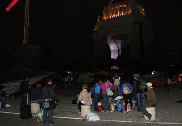 Algunos maestros disidentes de la CNTE que han estado varias semanas en plantón en el Monumento a la Revolución en el DF, comienzan a retirarse. (Milenio)