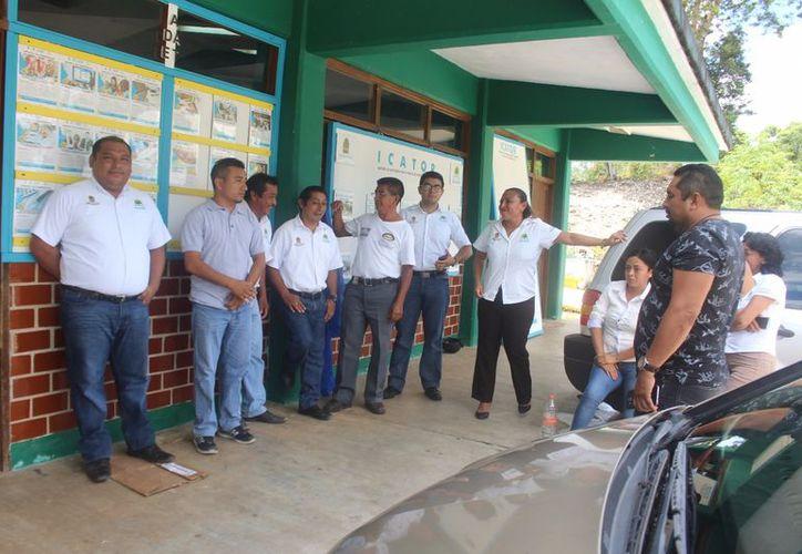 Un grupo de empleados del instituto se reunió para concretar una pequeña protesta en contra de la directora general. (Jesús Caamal/SIPSE)