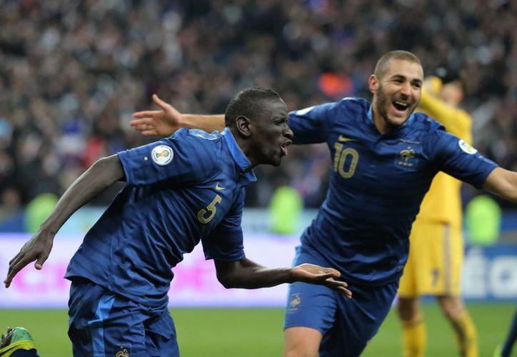Jugadores franceses celebran su victoria frente a Ucrania. (Agencias)