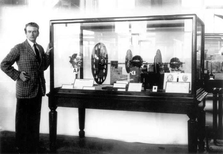 John Logie Baird presentando el aparato de televisión Baird original en el Museo de la Ciencia, en septiembre 1926. (bbc.co.uk)
