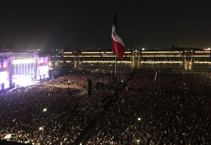 Mucha gente se quedó a los festejos en la plancha del zócalo luego del discurso del presidente López Obrados. (Internet)