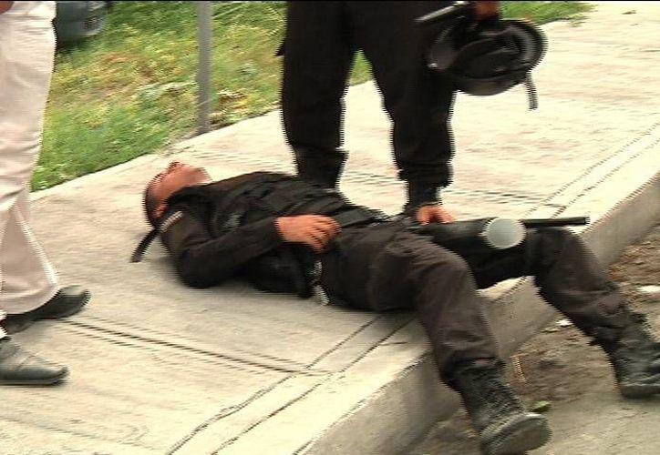 Uno de los dos policías heridos, está grave como consecuencia de las pedradas que recibió. (SIPSE)