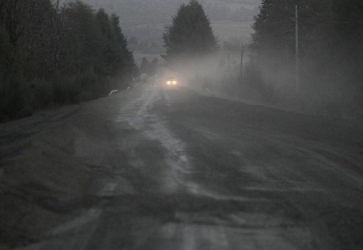 La lluvia de cenizas dejó en penumbras las zonas aledañas del volcán Calbuco. (AP)