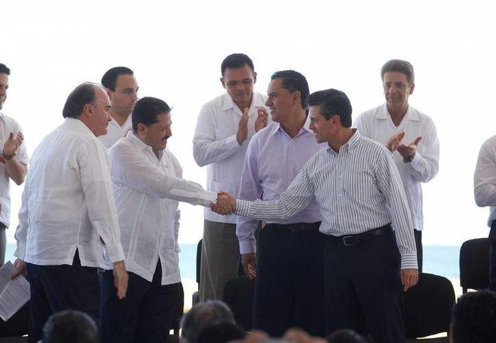 El gobernador Rolando Zapata Bello participó ayer en la presentación de la Política Nacional Turística. (SIPSE)