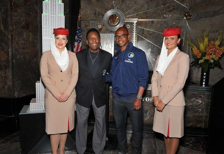 Pelé, presidente de honor del Cosmos, activó el botón para iluminar de verde la parte alta del imponente rascacielo. (EFE)