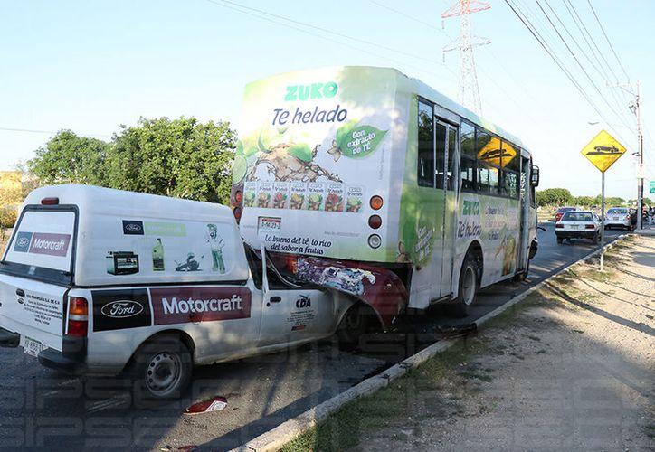 Dos personas que viajaban en un vehículo terminaron prensados contra la parte trasera de un camión. (Carlos Navarrete/SIPSE)
