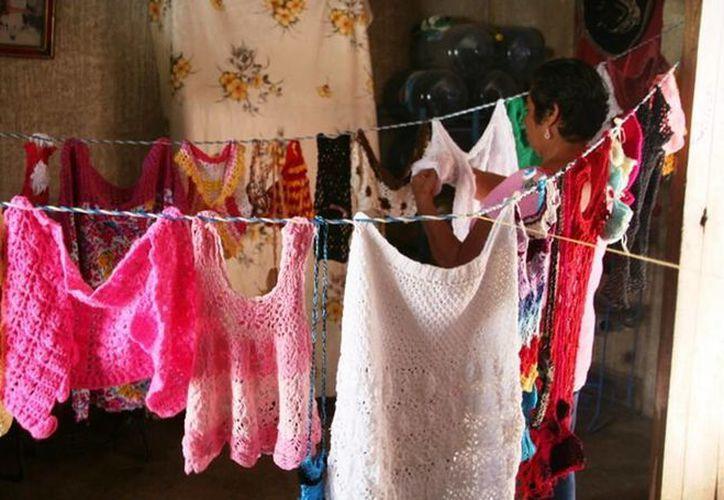 Las mujeres de dos comunidades de la Zona Maya de Quintana Roo, aprendieron a tejer, confeccionar ropa y hacer piñatas para autoemplearse.  (Redacción/SIPSE)