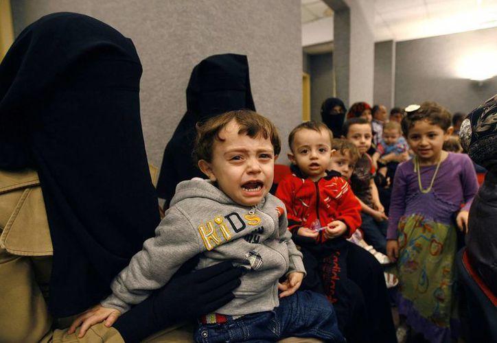 Muchos niños llegan con heridas graves a los pocos hospitales sirios, que no tienen infraestructura ni personal suficiente para atenderlos. (Agencias)