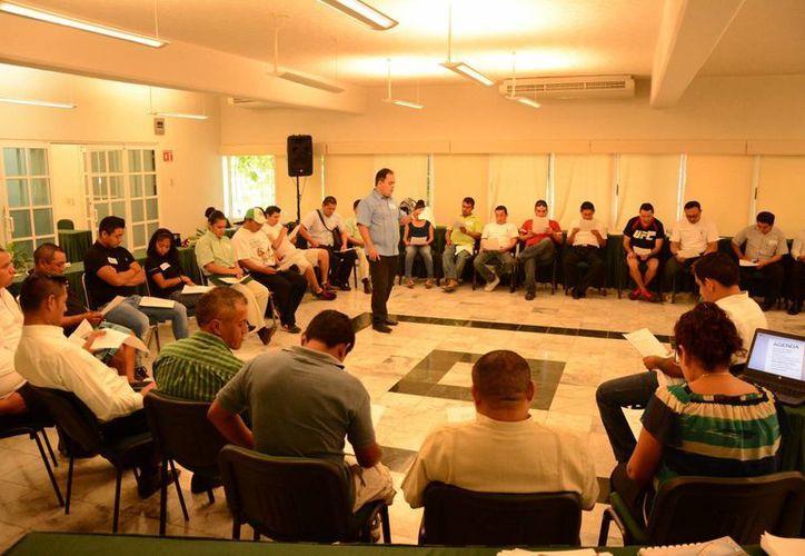 En el taller participaron alrededor de 45 meseros de diferentes hoteles. (Victoria González/SIPSE)