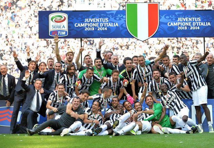 Entre los jugadores de Juventus que se coronaron tricampeones de liga está Carlos Tévez, quien fue excluido de la Selección de Argentina que jugará el Mundial de Brasil. (Foto. AP)