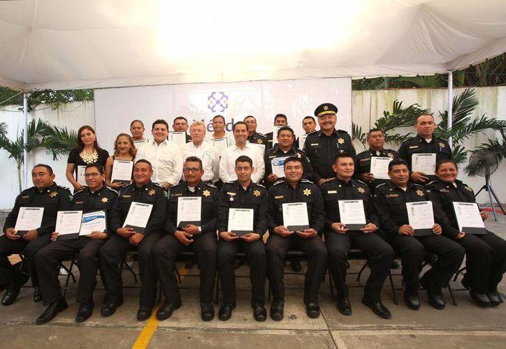 Este miércoles se realizó la ceremonia de graduación de la Licenciatura en Resolución de Conflictos y Mediación, de la que egresaron 17 agentes de la Policía Municipal de Mérida. (Fotos cortesía)